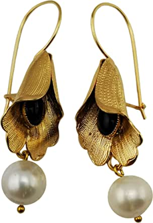 Orecchino Vintage Mokilu' a Fiore in Ottone con doratura 24K effetto Oro Antico, con chiusura ad amo e chiusura ad amo. Due pietre cabochon nere in onice e due perle naturali