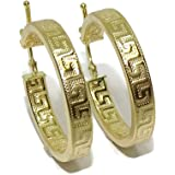 Orecchini a cerchio in oro giallo 18 k con greca, design tubolare schiacciato da 4 mm e 2,5 cm di diametro esterno. Chiusura