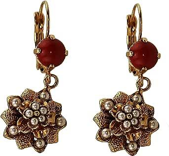 Orecchino Vintage Mokilu' in Ottone anallergico con doratura 24K effetto Oro Antico, Due coralli e delle piccole perle colore avorio, con chiusura a monachella.