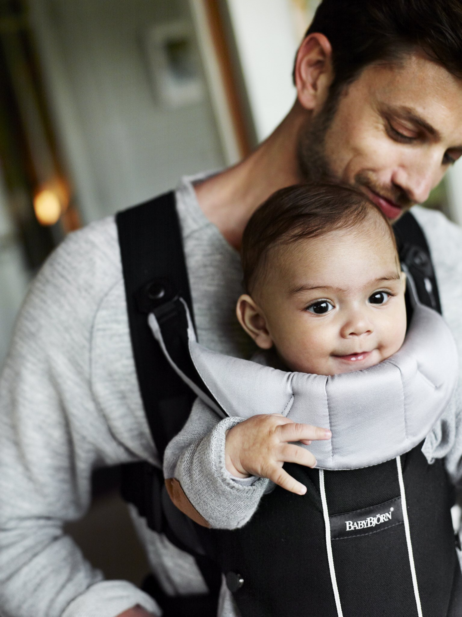 BABYBJÖRN Baby Carrier Miracle (Black/Silver, Cotton Mix) Baby Bjorn Excellent support for your lower back Comfortable waist belt distributes pressure away from your shoulders Carry on front, facing in or facing out 5