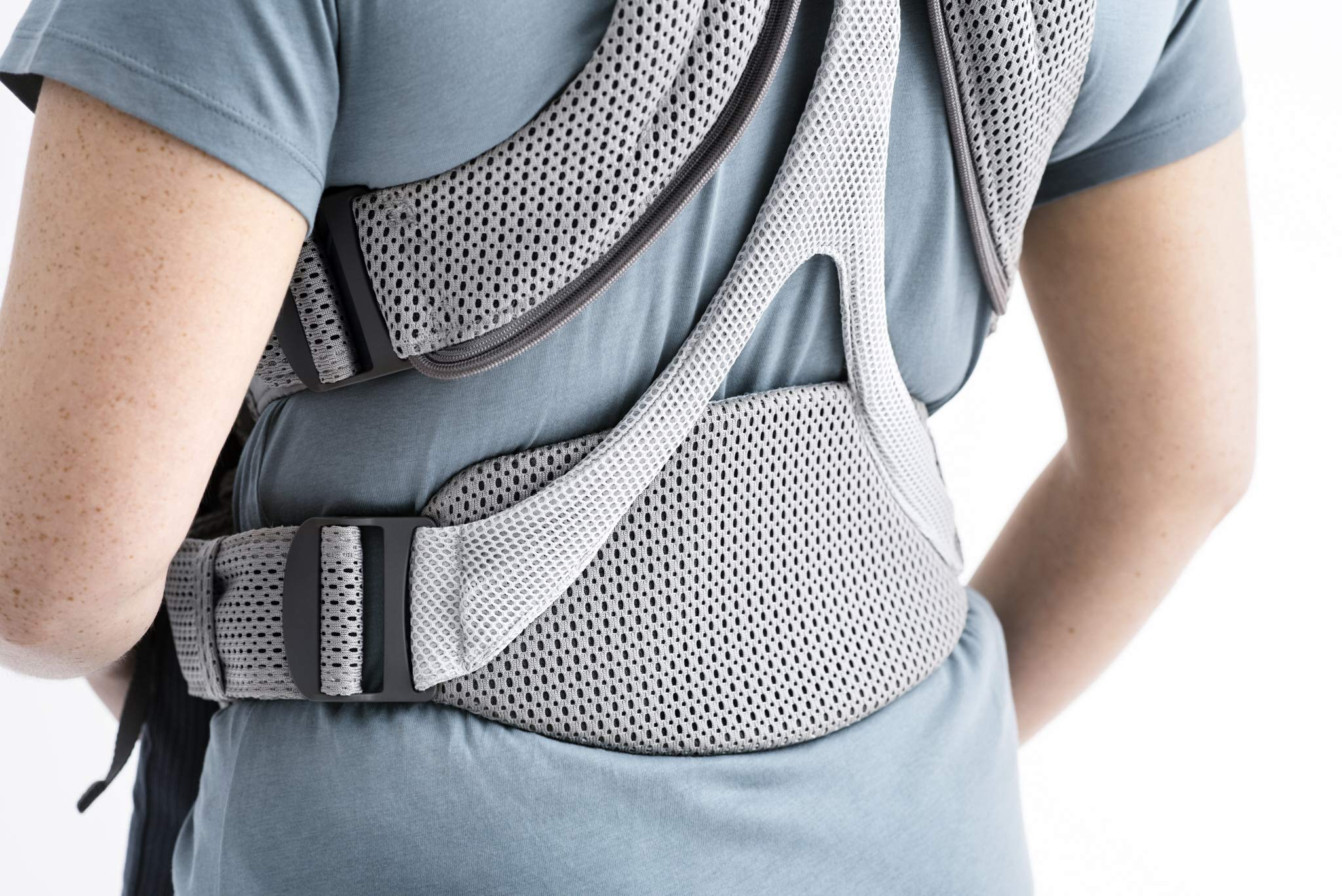 BABYBJÖRN Baby Carrier Move, 3D Mesh, Grey Baby Bjorn Excellent comfort with built-in back support and waist belt Easy to put on and take off Soft and airy design in cool 3D mesh 3