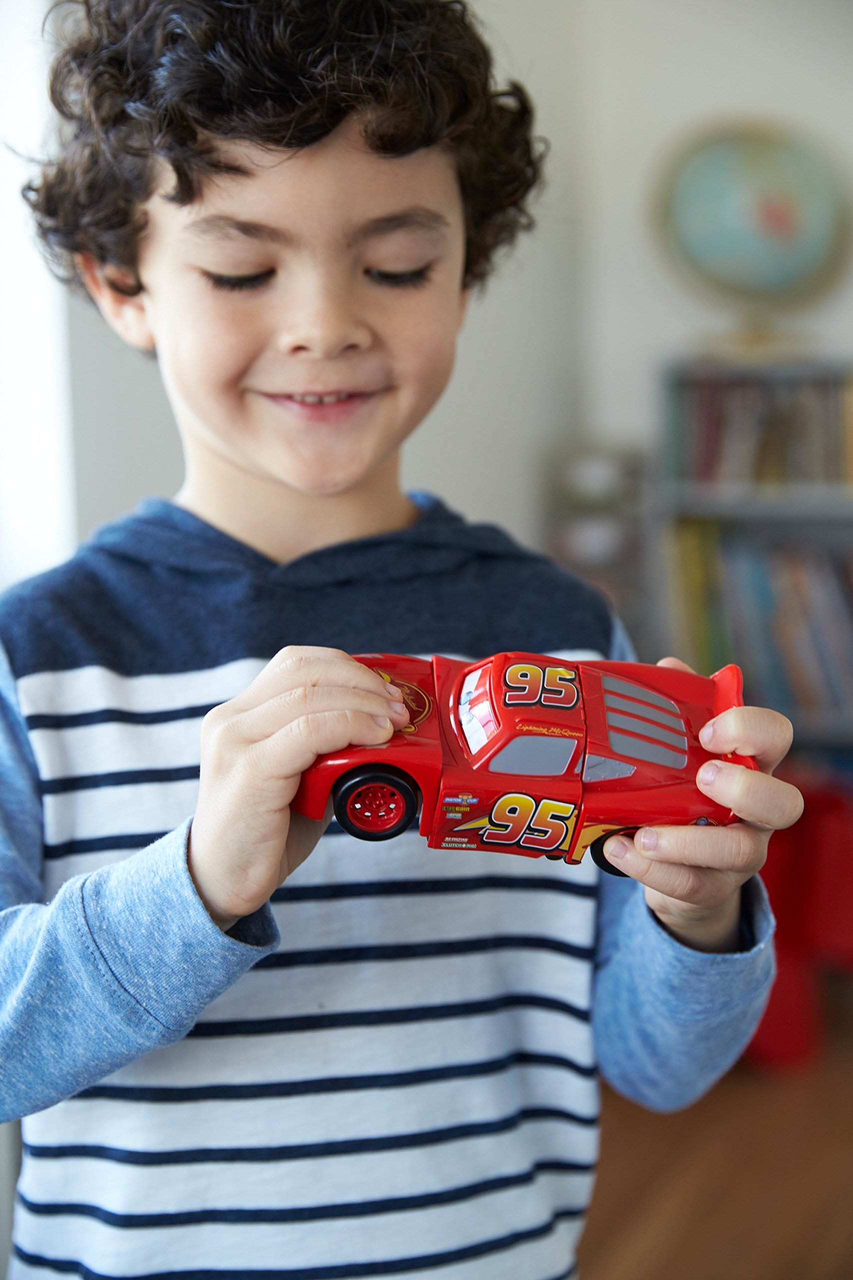Disney DYW39 Pixar Cars 3 Race and Reck Lightning McQueen Vehicle Disney New Disney Pixar Cars 3 Twisted Crashers vehicle.  His body twists and his eyes change after the crash!  Restore him to his former; pre smash glory by simply twisting the car back into place! 3
