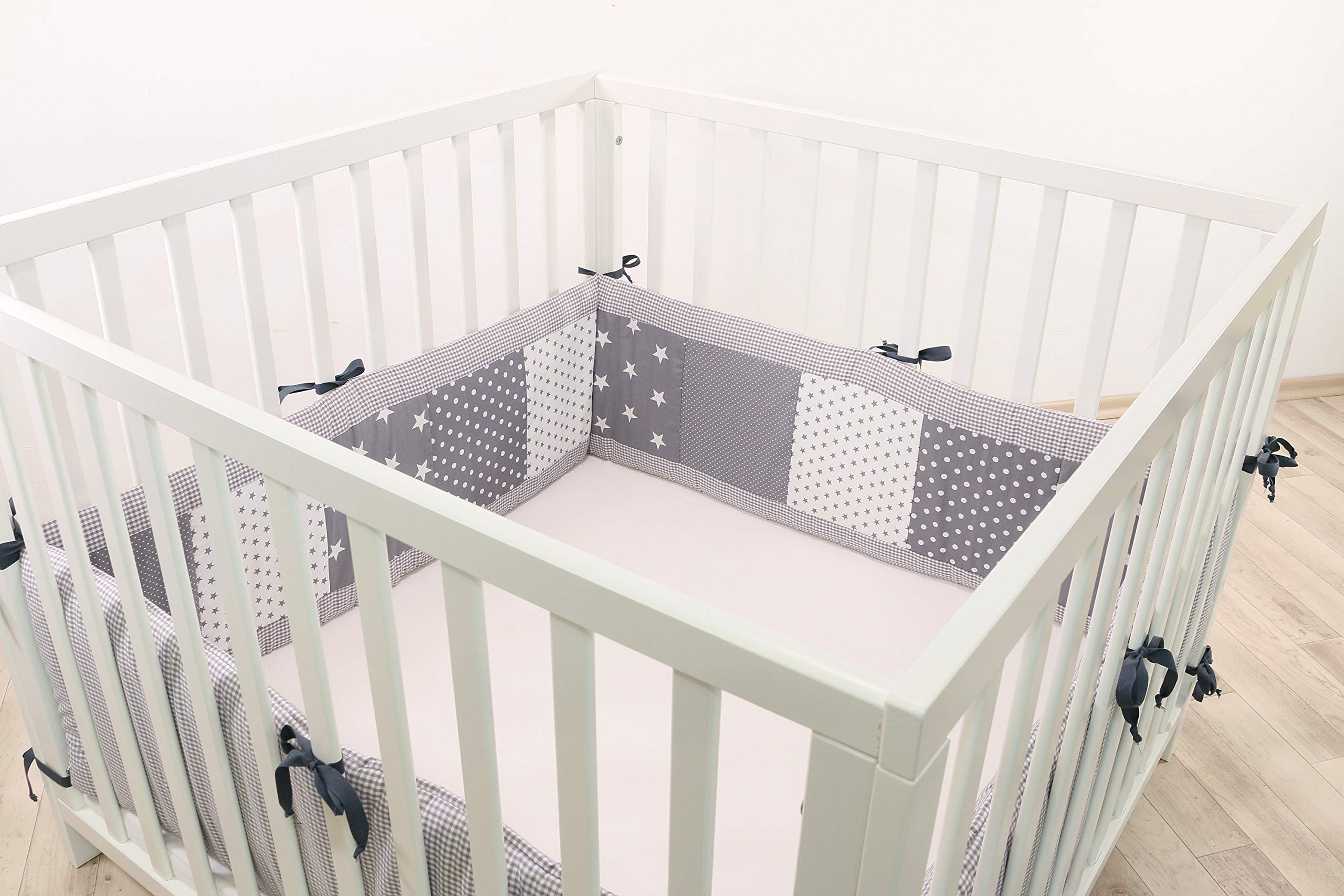 ULLENBOOM ® Bumper - Grey Stars (400 x 30 cm Baby playpen Bumper, Full Surround Bumper Pads for 100 x 100 cm playpen) ULLENBOOM This 400 x 30 cm patchwork bumper serves as a protective insert and surround for 100 x 100 cm playpens, to provide babies with protection - especially head protection - from playpen bars The sizes 200 x 30 cm and 400 x 30 cm (full surround) are for playpens - the 'full surround' bumper comes in two sections. ULLENBOOM  also offers additional sizes for 140 x 70 cm and 120 x 60 cm cots These bumpers can be washed at 30 °C and the materials used are certified according to the Oeko-Tex standard (tested for harmful substances, hypoallergenic); smooth outer fabric: 100% cotton (Oeko-Tex); soft, thick wadding: 100% polyester (Oeko-Tex) 1