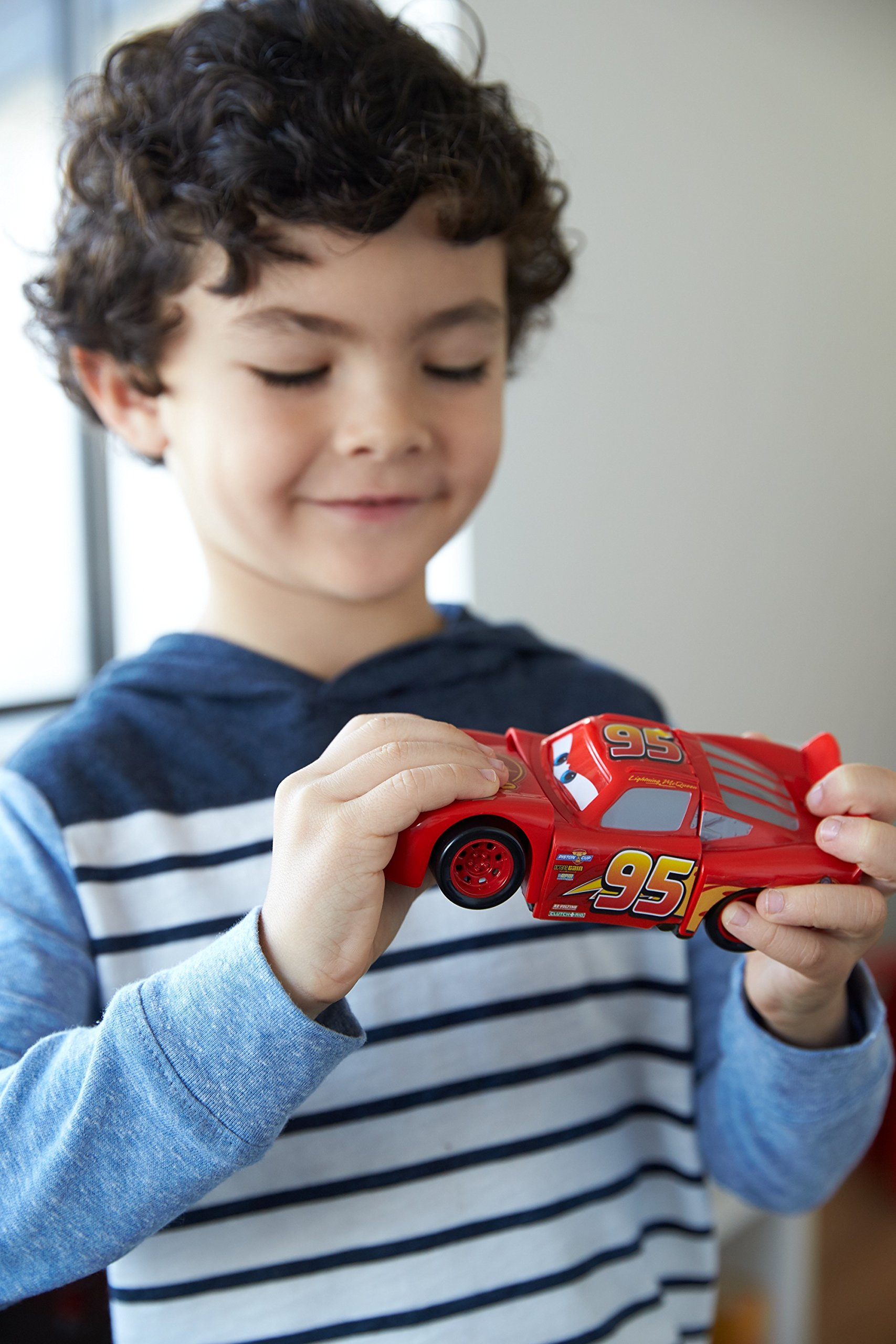 Disney DYW39 Pixar Cars 3 Race and Reck Lightning McQueen Vehicle Disney New Disney Pixar Cars 3 Twisted Crashers vehicle.  His body twists and his eyes change after the crash!  Restore him to his former; pre smash glory by simply twisting the car back into place! 2