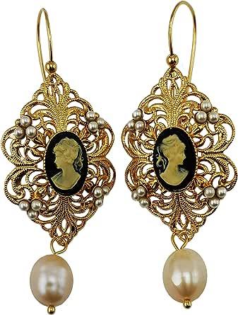 Orecchini Vintage Mokilu' in Ottone anallergico con doratura 24K effetto Oro Antico,c con chiusura ad amo. Due cammei colore nero, piccole perle color avorio e due perle naturali