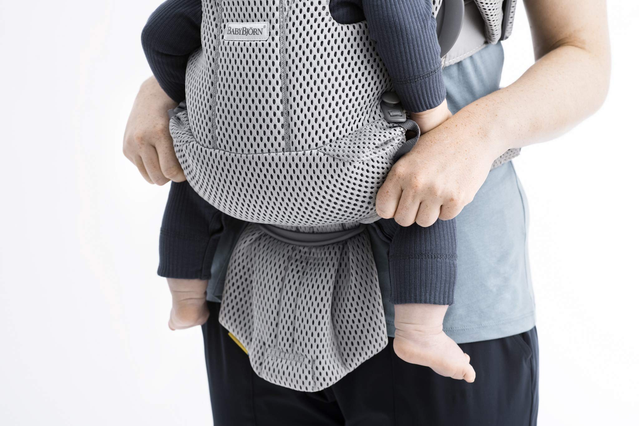 BABYBJÖRN Baby Carrier Move, 3D Mesh, Grey Baby Bjorn Excellent comfort with built-in back support and waist belt Easy to put on and take off Soft and airy design in cool 3D mesh 4