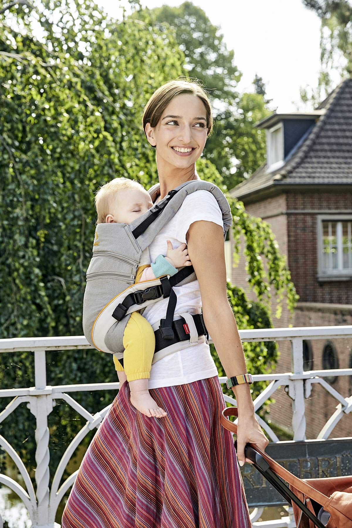 manduca XT > grey- orange < Baby Carrier with Adjustable Seat, 3 Carrying Positions (Front, Hip & Back), No Infant Insert Needed, Organic Cotton, Grows with your Baby from Birth to Toddler (3.5- 20kg) Manduca This baby carrier adapts from newborn to toddler. Infinitely adjustable seat (16-50cm) without buttons, knots, Velcro or cord system. Novel tension arches support baby's spine & hip Three height options thanks to the patented back extension & integrated zip-in. Multifunctional headrest (classic hood or rolled up as neck support). No accessories needed. One Size 3 carry positions: front, hip and back carrier. Not intended for face-out position. Supports the squat-spread position (M-Position) 4