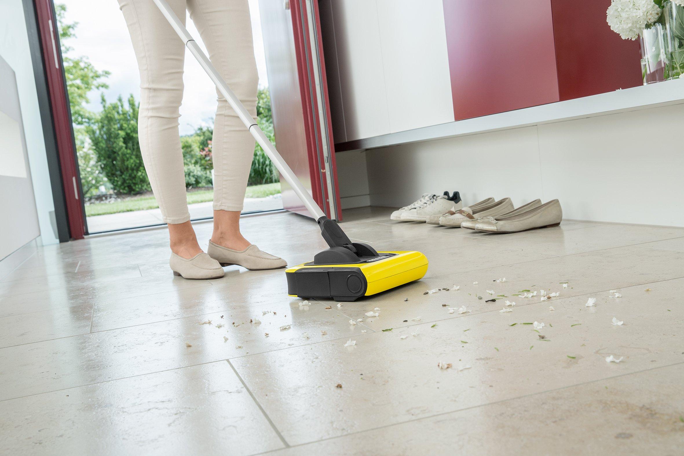 Kärcher Akkubesen KB 5 (Akkulaufzeit: bis zu 30 min auf Hartböden, ergonomische Reinigung ohne Bücken, randnahes Kehren…