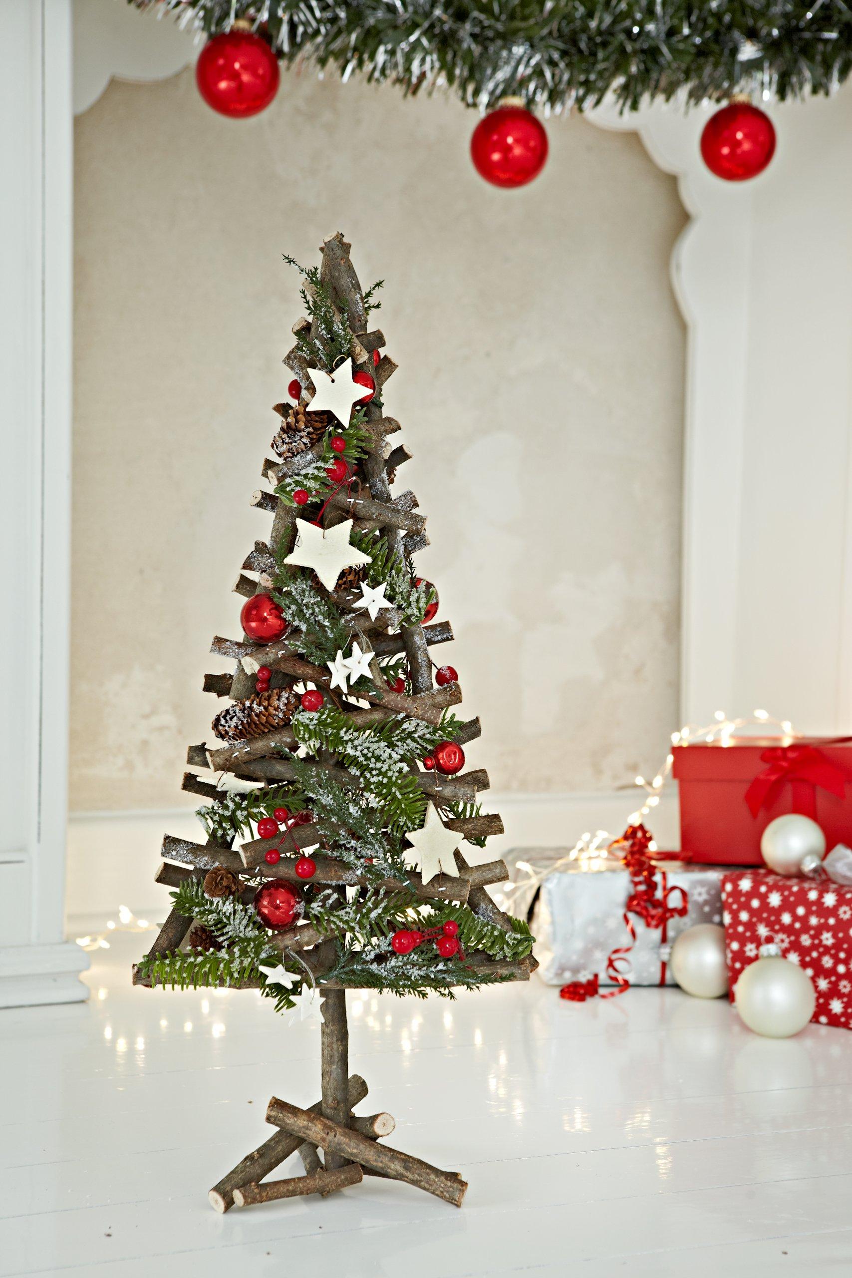 Heitmann-Deco-dekorierter-und-beschneiter-Weihnachts-Baum-rustikal-rot-geschmckt-natrliche-Weihnachtsdekoration