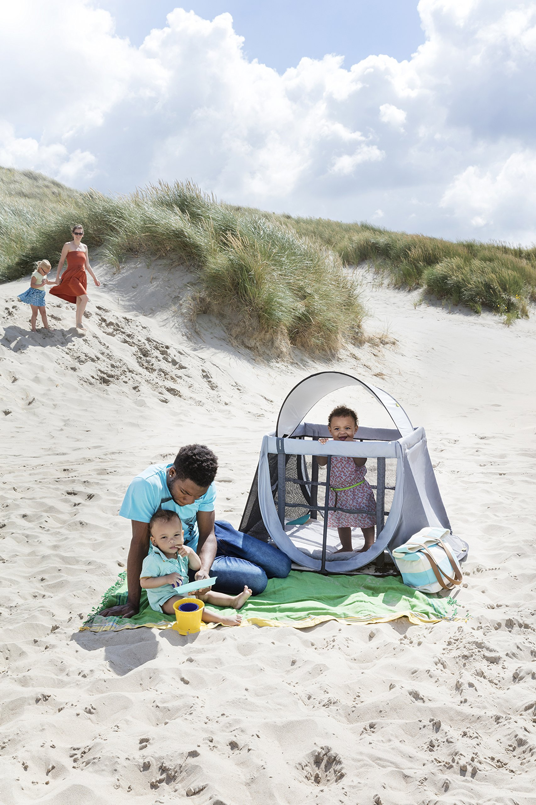 AEROMOOV - Instant Travel Bed - Allows Your Child to take a nap Wherever You are - Light and Compact - White Sand AeroMoov COMPACT AND LIGHT: No more carrying a heavy and bulky travel bed! The AeroMoov Instant Travel Bed weighs less than 5kg and is easy to store thanks to its slim and elegant storage bag. TO BE TAKEN EVERYWHERE: At Grandma and Grandpa's, on the beach or in your garden, allow your little one to take a pleasant nap or play, without ever losing sight of him thanks to the transparent sides. FAST ASSEMBLY AND STORAGE: Installing your Instant Travel Bed becomes child's play. Mount and dismantle it in just 2 seconds. 8