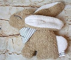 Der knuffige Hase Edda aus weichem Frottee, mit Rassel im Bauch und Namensbestickung auf Halstuch