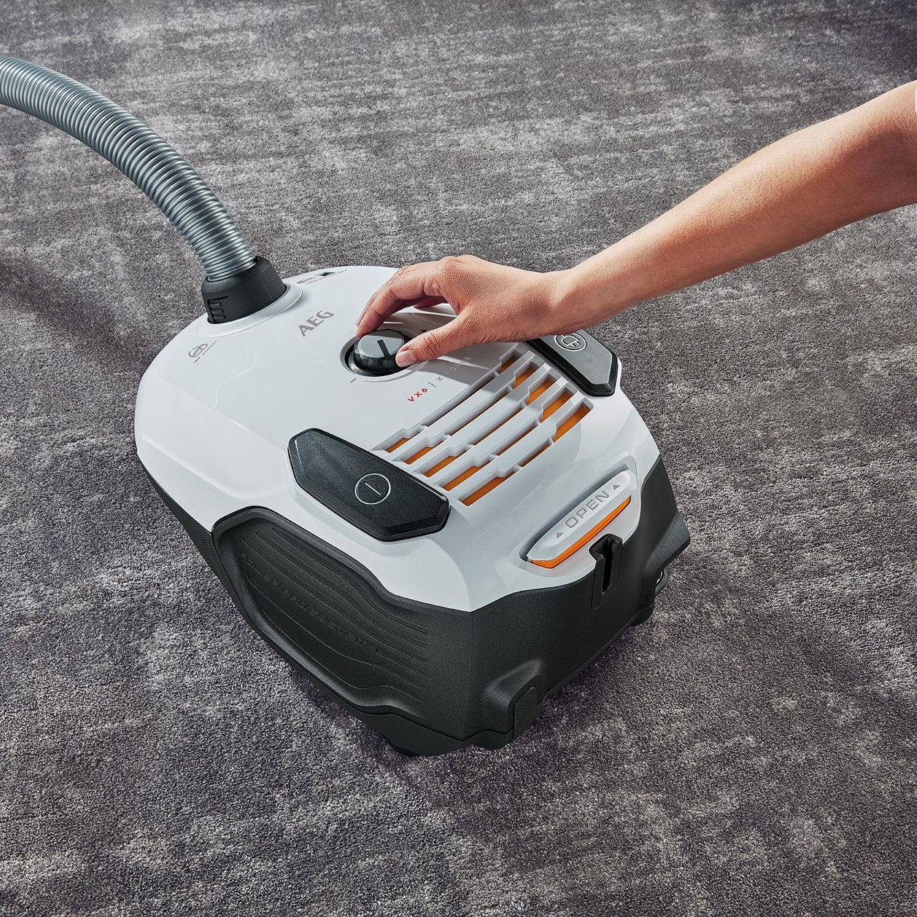 AEG VX6-2-IW-5 Staubsauger mit Beutel / 360° drehbare Räder / Zusatzdüsen und Staubbeutel / für Hart- und Teppichböden…