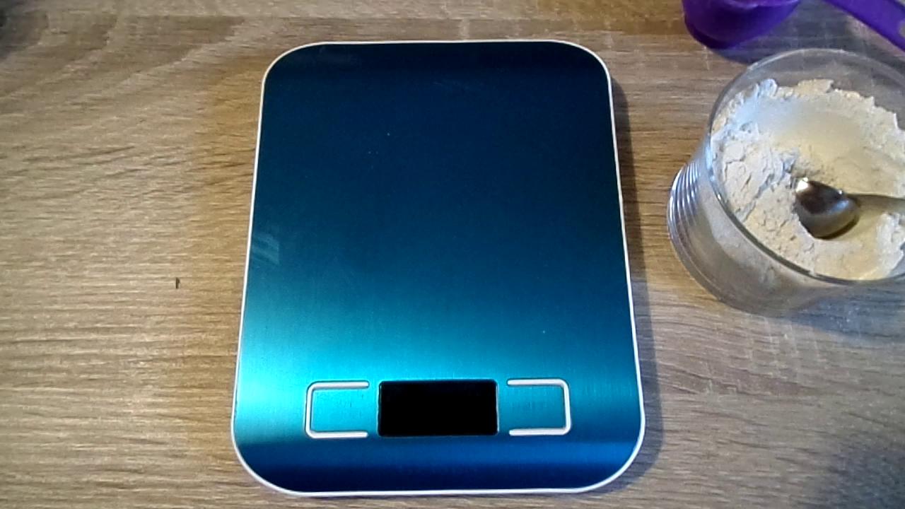 La báscula es color plateado, pero viene con un plástico protector azul que he preferido no quitar todavía para que no se arañe. Incluye Auto-tara (botón ...