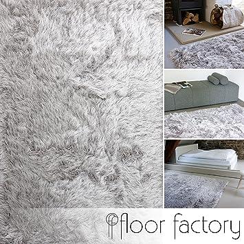 modernes wohnzimmer laminatboden shaggy teppich braun ledersofa bücherregal