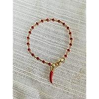 Bracciale stile rosario realizzato a mano colore oro, cristalli rossi e ciondolo a forma di cornetto rosso.