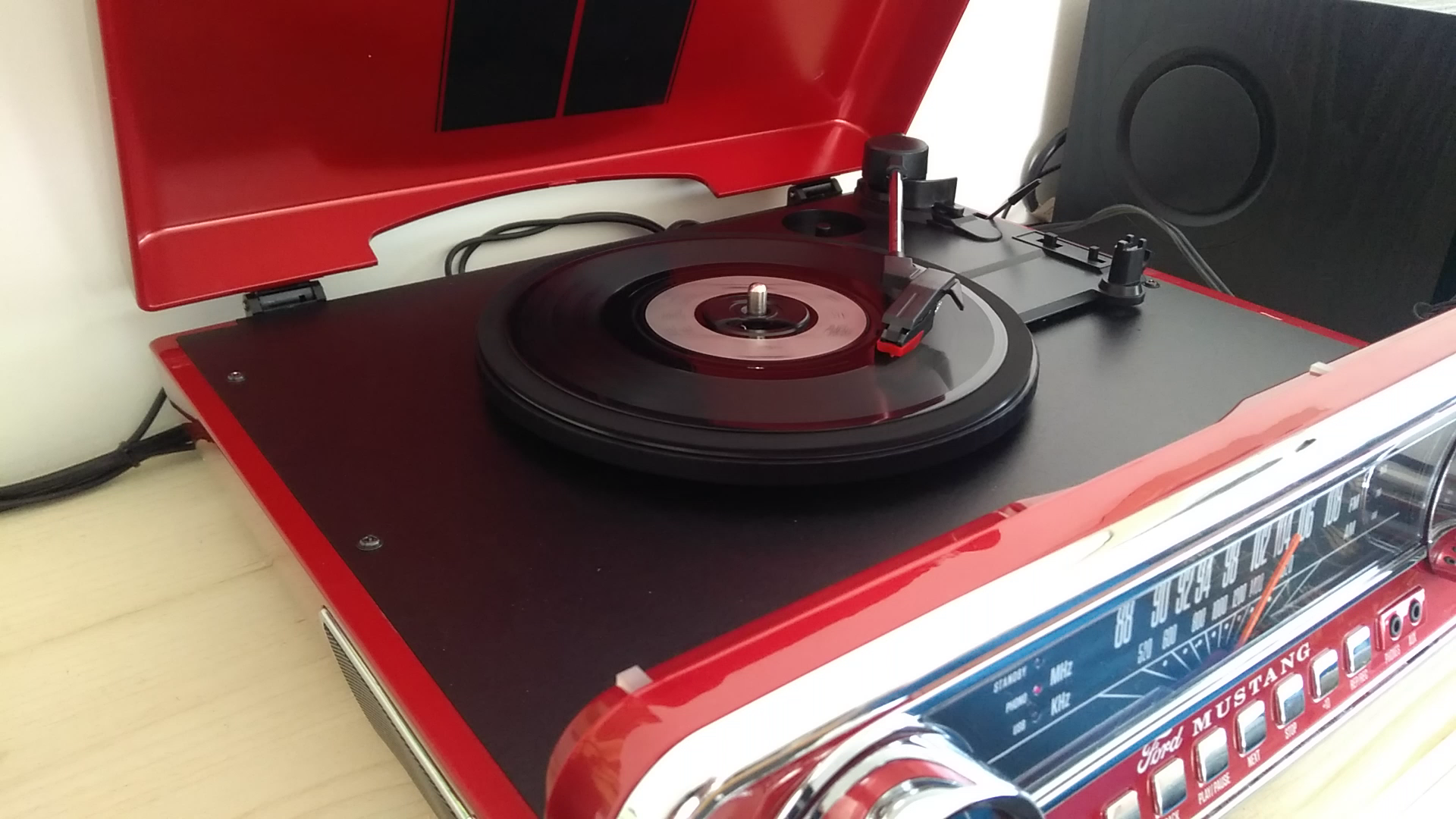 Kundenrezensionen Ion Audio Mustang Lp Usb Plattenspieler Mit Lautsprecher Schallplattenspieler Retro Mit Radio Aux Eingang Und Vinyl Zu Mp3 Kovertierungssoftware Roter Lack Ein Muss Für Alle Ford Mustang Fans